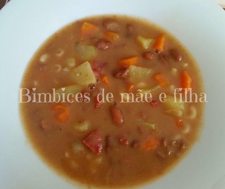 Ingredientes:   1/2 couve lombarda, cortada ás tiras  1 dente alho  1 cebola pequena, cortada em quartos  Sal q.b  2 cenouras, 1 cortada em...