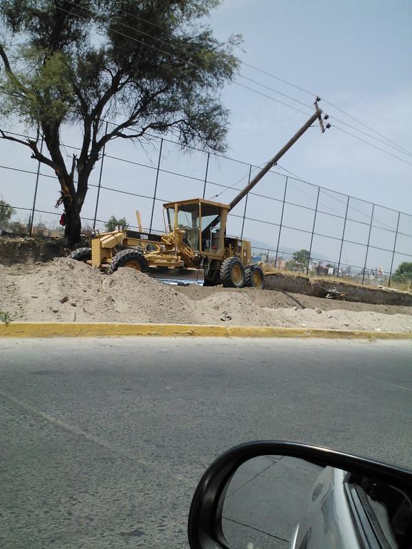 Poste de luz y teléfono ladeados por Tepeyac. Cables muy calor para que pasen los camiones.  23/05/2012