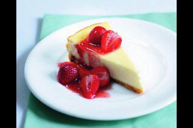 Cheesecake s rozpečenými jahodami   Apetitonline.cz