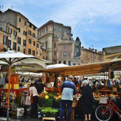 Animada a cualquier hora del día, el Campo dei Fiori alberga un mercadillo diurno y un montón de restaurantes famosos por su deliciosa gastronomía. Fue construida en el año 1456 por encargo del Papa Calixto III y era el lugar donde se realizaban las ejecuciones públicas, en el centro de la plaza, la estatua del filósofo Giordano Bruno, quemado por hereje, lo recuerda.