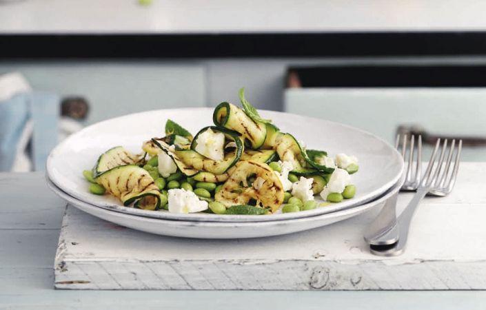 Recept Bonenburger met geroosterde groenten en yoghurtsaus   ELLE Eten