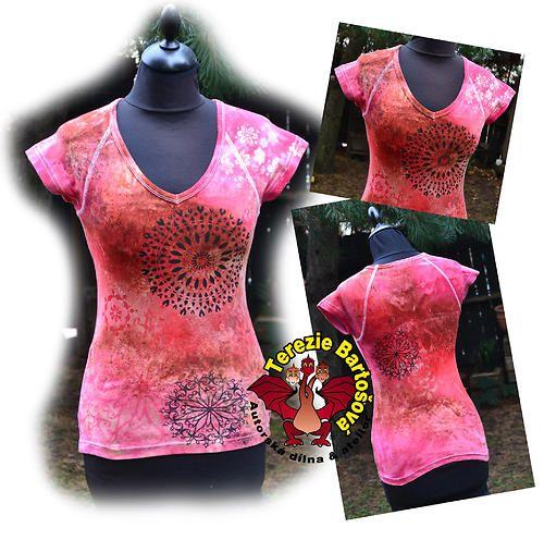 DÁMSKÉ TRIKO  MANDALY Velikost: S,M,L,XL,XXL Barva: fialovo-růžovo-červená Technika: ruční zpracování - batika + kresba Složení: 100% bavlna Úplet: elastický Barva: jiná barva na dotaz Střih: dlouhý, raglánový nebo klasický krátký rukáv, bez rukávu Výstřih: do V nebo U Možnost provedení i na pánské nebo dětské tričko nebo mikiny :-)