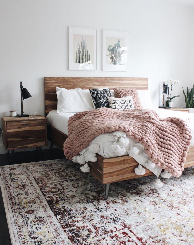Modernes Boho-Schlafzimmer mit weißen Wänden und…