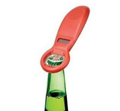 Bu dijital şişe açacağının zekasına hayran kalacaksınız! Harika bir gece geçirdiniz, belki bir kaç bira içtiniz. Dostlarınız ve siz arka arkaya şişeleri devirdiniz.