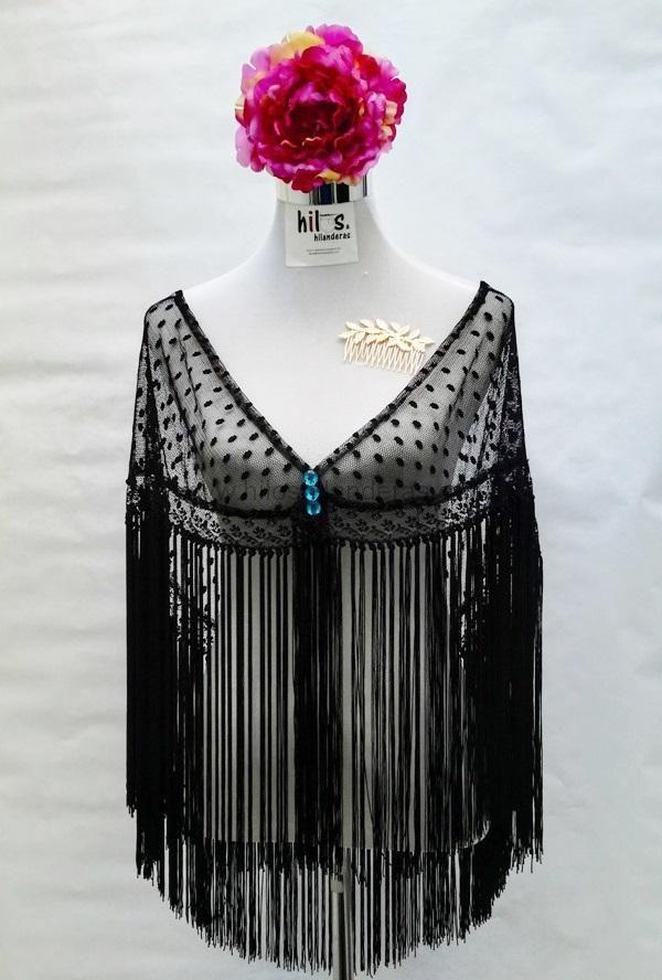 Nuestro mantoncillo de flamenca de plumeti y encaje, es el complemento ideal para tu traje de gitana. Hilos & Hilanderas