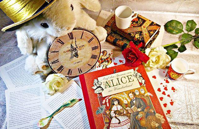 Zu spät! ⌚ 'Zu spät! Zu spät! Ich komm zu spät!' Keiner hetzt so schön durch das Wunderland wie der Märzhase. Der kleine Hektiker mit der Taschenuhr, lockt noch ganz nebenbei Alice ins Kaninchenloch und was dann geschieht, wissen wir ja alle.  Ich habe da eher die Erfahrung gemacht, dass mir die schönsten Dinge im Leben ganz häufig entgehen, wenn ich von einem Termin zum anderen hetze. #aliceimwunderland #alice #whiterabbit #märzhase