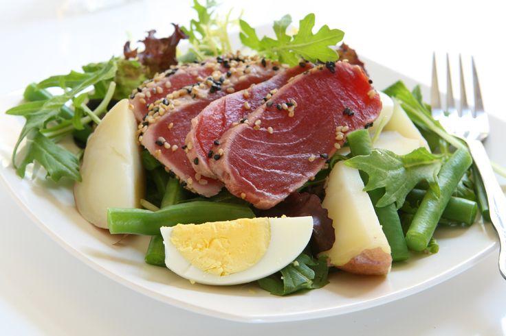 Une variation de la salade classique, avec du thon frais à la place du thon en conserve.