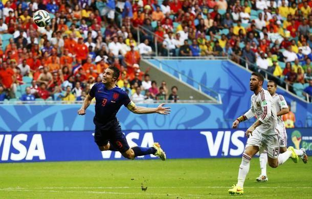 Robin Van Persie (#Olanda) segna contro la #Spagna #Mondaili2014