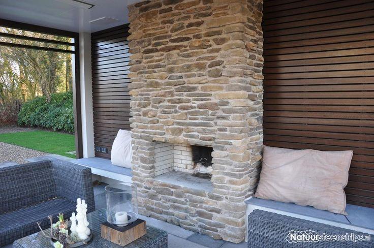 Mooie buiten openhaard bekleedt met Blumone Steenstrips kleur MT, voegkleur zandbeige.