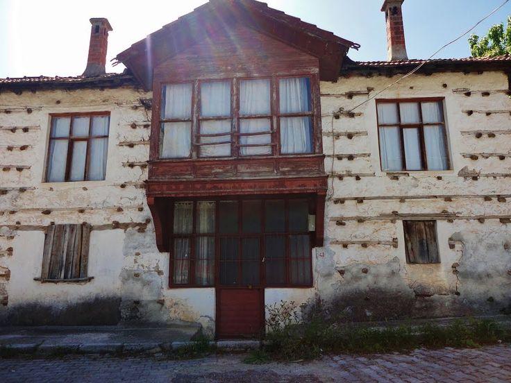 """Düğmeli Evler- Antalya ilçelerindeki ve köylerindeki geleneksel osmanlı mimarisini yansıtan özgün yapılar, """"düğmeli ev"""" olarak biliniyor. geleneksel akseki evi, 2 katlı ve taş duvarlardan oluşuyor. taş duvar asıl taşıyıcı gibi görünse de evi ahşap iskelet taşıyor. evdeki taş duvarda dikine atılan kısa parçaları, yöre halkı """"düğme"""" olarak adlandırıyor. bu düğmelerde andız ağacı kullanılıyor."""