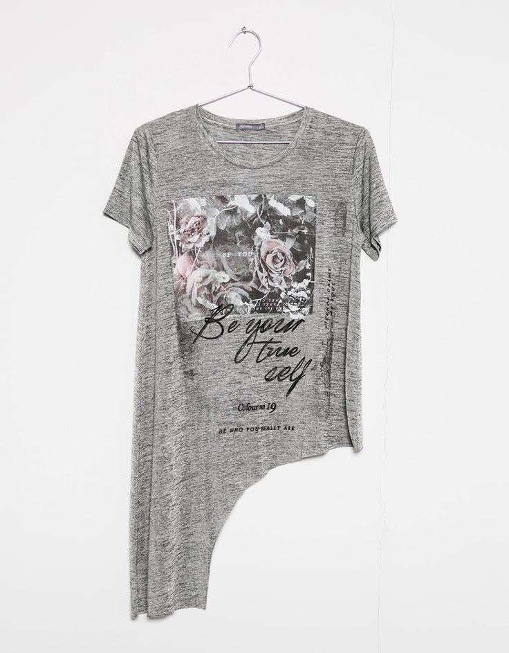T-shirt assimétrica estampado flores. Descubra esta e muitas outras roupas na…