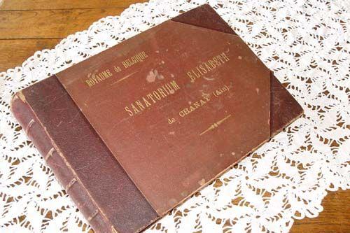 Album photos édité par le gouvernement belge à l'ouverture du Sanatorium Elisabeth de CHANAY en France 1916-1921. Reliure à vis, 49 pages. 41 photos 18,5x13,5 cm. Couverture de couleur bordeaux, dos gaufré. Poids 5 kg. Dimensions : 42x28,5x6,5 cm. Médecins de la Grande Guerre - Voir : http://www.pinterest.com/pin/287386019945413429/