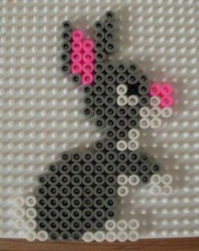 Eine süße Osterhasen-Bügelperlen-Vorlage. Sie eignet sich perfekt zum Basteln für die Kinder. Weitere schöne Ideen für Essen, Deko, Spiele und Give-aways für Deine Kindergeburtstagsparty findest Du auf blog.balloonas.com #kindergeburtstag #balloonas #ostern #spiel #bügelperlen #diy #basteln #mitkindern
