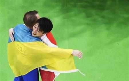 男子個人総合決勝で金メダルが確定し、銀メダルのウクライナのベルニャエフ(左)と抱き合う内村航平=リオデジャネイロ(共同) ▼11Aug2016サンスポ|銀メダルのベルニャエフ「コウヘイは伝説の選手」/体操 http://www.sanspo.com/rio2016/news/20160811/rio16081109530078-n1.html #内村航平 #Kohei_Uchimura #Кохэй_Утимура #Oleg_Vernyayev #Олег_Верняєв #Oleh_Wernjajew #اوله_ورنیایف #Олег_Верняев #Алег_Вярняеў #オレグ_ベルニャエフ #Rio2016