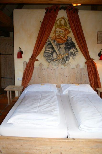 Schlafen wie die Ritter. Entdeckt im Hotel #Arthus. #Ritterhotel in Baden Württemberg. Dort gibt es nicht nur die historischen Zimmer, sondern auch Ritteressen.