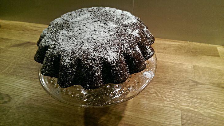 Babka kakaowa? Dlaczego nie. Nie musi być to ciasto tylko na Wielkanoc. Wczoraj wieczorem  postanowiłam, że trochę złamię tę zasadę i upiekę właśnie to ciasto. Jak zawsze wychodzi pyszne.