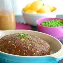 Köttfärslimpa med kokt potatis, ärtor och gräddsås