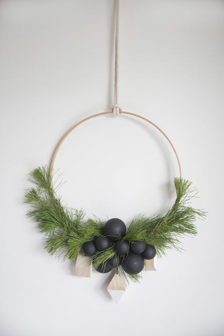 Couronne de Noël minimaliste pour un Noël naturel | www.decocrush.fr - @decocrush // Christmas ideas : clean and minimalist crafts wreath for a lovely holiday season on the wall ! #xmas