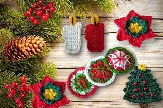 Eine ausführliche Häkelanleitung für weihnachtliche Applikationen. Die Applikationen kann man super als Anhänger für Geschenke, oder den Weihnachtsbaum nehmen. Zum verschönern eines Adventskalenders, zum aufpimpen von Babies T-Shirt und... und.. und! Die Anleitung umfasst:  Nikolausstiefel Kerze Tannenbäumchen Christstern Zuckerstange Button  Dies ist kein Häkelkurs. Die Anleitung ist aber sehr ausführlich bebildert. Es werden Luftmaschen, feste Maschen, Kettmaschen,Stäbchen und ha...