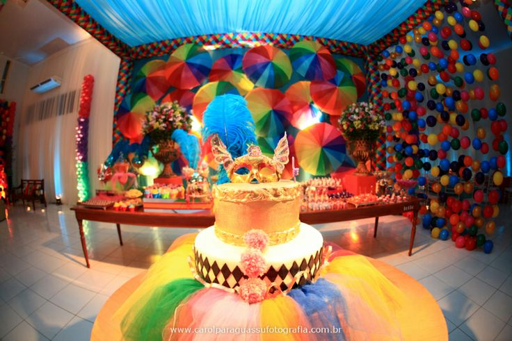 Bolo com saia de tule, bolas redondas imitando cortina de confeti ...