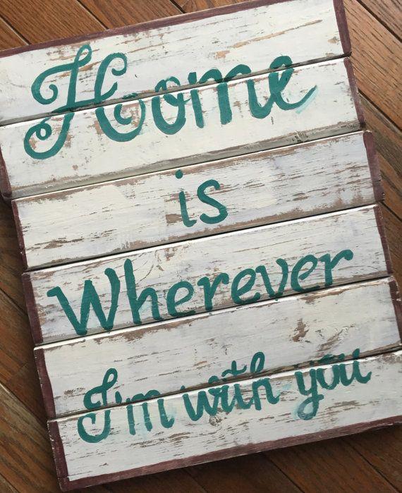 Hogar es donde yo estoy con vosotros  Es las personas que hacen una casa un hogar, no hay duda.  Este signo es de tablones de madera y mide