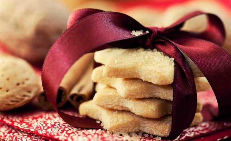 Que tal você aprender a fazer biscoitos de Natal para a sobremesa de final de ano? É uma receita deliciosa e sua família vai amar. Confira. Veja também: Receita de tender para o Natal 5 molhos para carnes da ceia de Natal Receita de rabanada para o Natal                                                                                                                                                                                 Mais