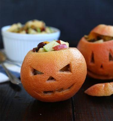 Healthy grapefruit Jack-O-Lanterns with fruit salad // Töklámpás alakú egészséges gyümölcssaláta tálak narancshéjból //  Mindy -  creative craft ideas //  #halloween #crafts #craftideas #kreatívötletek #diy #csináldmagad #halloweencrafts #halloweenparty #partyideas