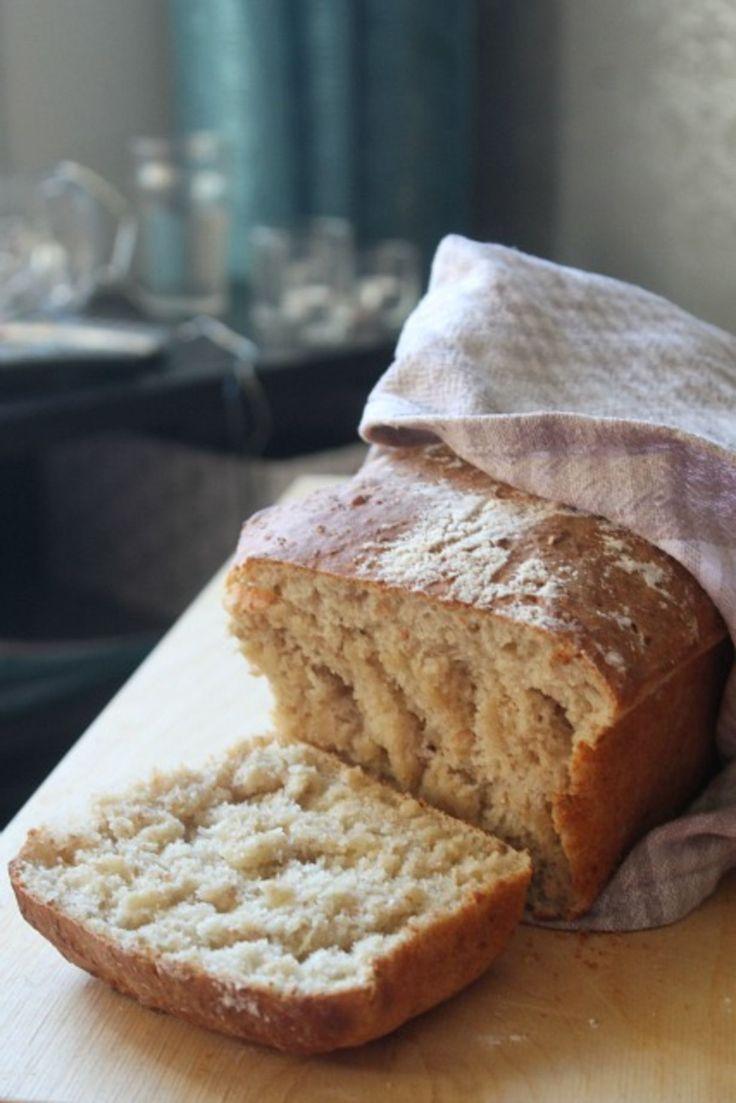 Täällä vietetään syyslomaa ja vihdoin on aikaa leipoa leipää! Tähän ohjeeseen olen joskus törmännyt jossakin blogissa (nimeä en muista) ,mutta...