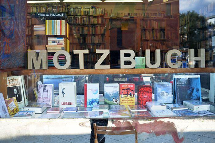 Librairie quartier Schoneberg   la Motzstrasse … librairie, magasin de chapeaux, boutique de piercing, friperie de l'armée …
