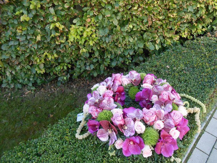 een urne versiering in mooie kleuren  Bloemenboetiek Van Hemelrijk Diana