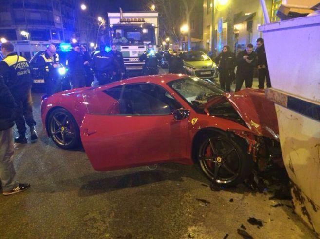 Un hombre estrelló su Ferrari 458 Italia contra un contenedor en el centro de Madrid la madrugada del pasado domingo. Tras el golpe el conductor se bajó del vehículo, valorado en 2