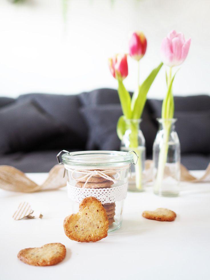 DIY Leckere, herzförmige Mandelkekse zum Valentinstag selbermachen als Geschenkideefür die Liebsten schön verpackt in einem Weck-Glas. Perfekt als Geschenk für ihn zum Valentinstag. Rezept und Idee für die Geschenkverpackung auf Yeah Handmade.