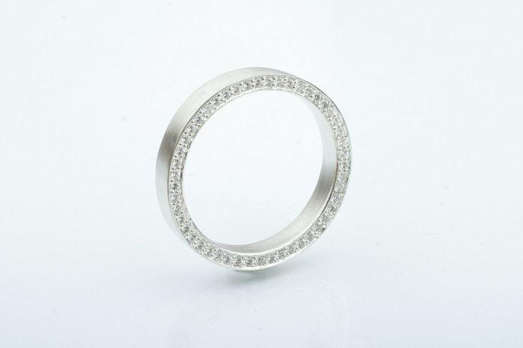 Sormuksessa timantit kiertävät hauskasti sormuksen sivussa. CaiSanni.