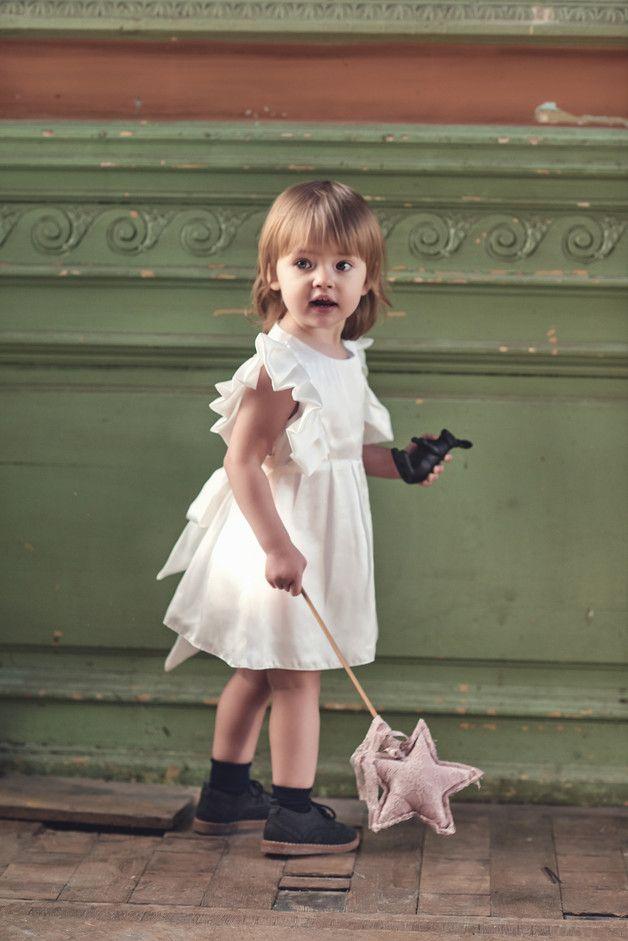 Jedwabna sukienka Antonia w kolorze śmietankowej bieli. Góra sukienki ozdobiona uroczymi falbankami. Szlachetna i miękka lejąca włoska tkanina z satynowym połyskiem. W pasie delikatne zakładki. Z...