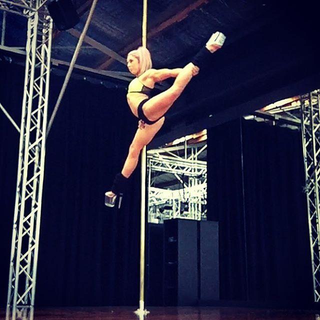 @marchettialessandra inspired split #amyhazel #fitchicks #fitgirls #fitness #fitspo #bendy #training #contortion #flexibility #flexible #flexpo #poledance #poledancer #poletricks #polefitness #badkittypride #blackbirdmelbourne @blackbirdmelbourne