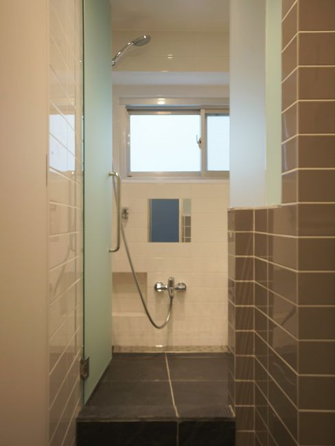 スレート床の浴室  床のブラックストレートとグレーのモザイクタイルが浴室をすっきりと