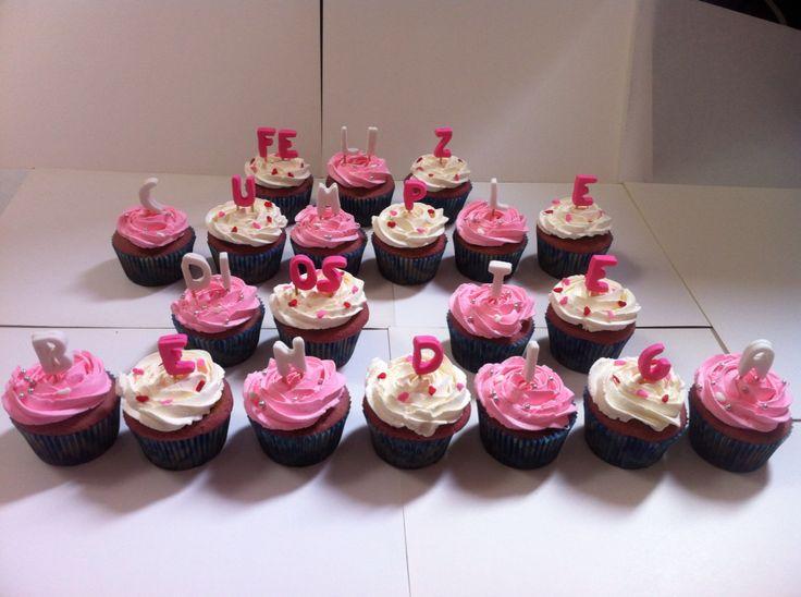 Cupcakes de vainilla (crema blanca) y naranja (crema rosada)
