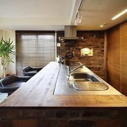 珪藻土と木のぬくもりに包まれた、バーカウンターのあるリビングの部屋 キッチン