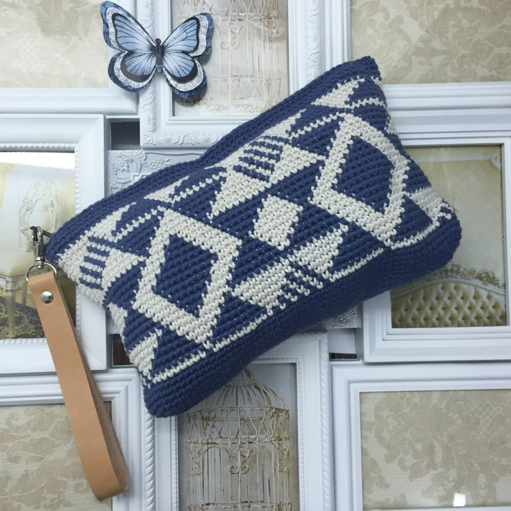 Here you have a DIY bag, made with the Wayuu technique that is simply to crochet the threads (yarns) that are used throughout the work.