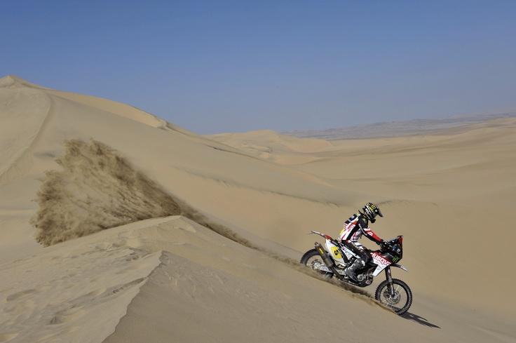 Joan Barreda crossing a desert dune in Chile, Dakar 2013