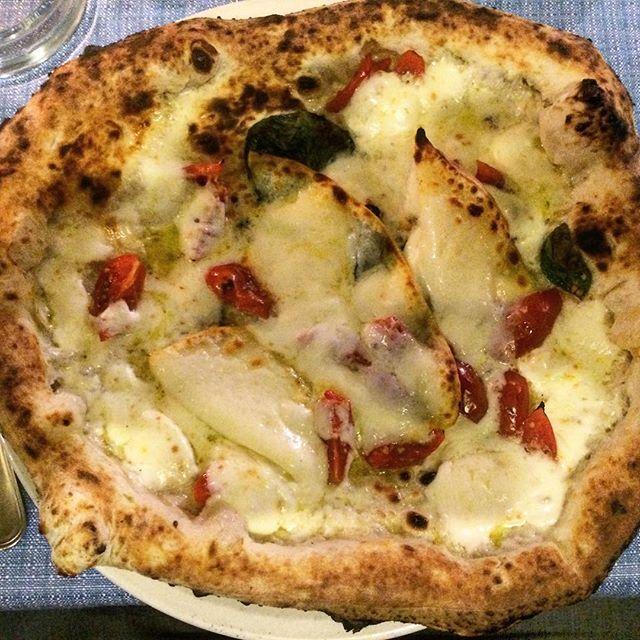 Pizza a lunga lievitazione  #ricettegourmet.it #pizzagourmet #prodottitipici #ricettegourmet #eccellenzeitaliane #lungomarecaracciolo #busypizzaday #cucinanapoletana  #provolonedelmonaco #chefgourmet #dovemangiarenapoli #pizzadoc