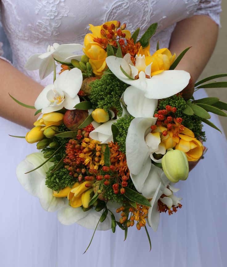 Оранжевая свадьба, букет невесты. Орхидеи, гвоздика грин трик, фрезии