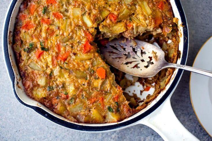 Фриттата с тунцом по-тунисски:   Ингредиенты Яйца 8 шт. Тунец (консервированный) 170 г Морковь 300 г Картофель 200 г Чеснок 2 зубчика Масло (оливковое) 2 ст.л. Перец (кайенский) ½ ч.л. Петрушка по вкусу Перец (чёрный молотый) по вкусу Соль по вкусу