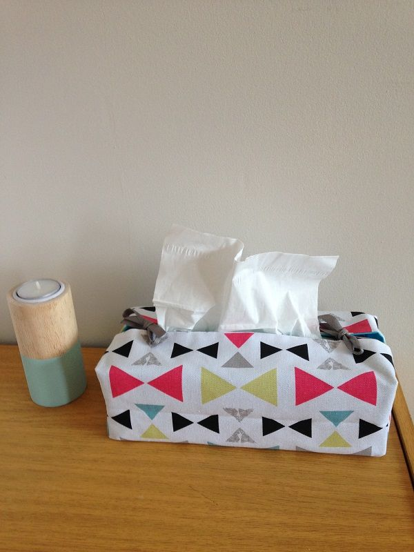 Housse pour boîte à mouchoirs. Taille standard. Décoration de votre intérieur. Nœuds, triangles, framboise, jaune, blanc, turquoise, noir.