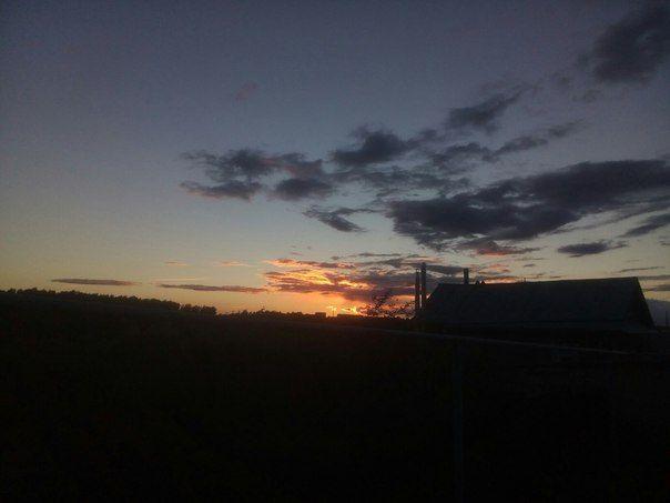 Закат…☀  #закат #небо #облака #дом #лес Подробнее на https://vk.com/wall-148270444_298