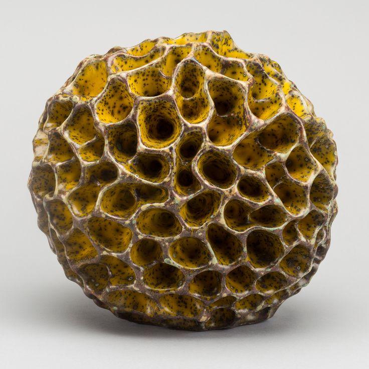HANS HEDBERG Tvättsvamp, starkeldsfajans i gula nyanser, diameter ca 21 cm.