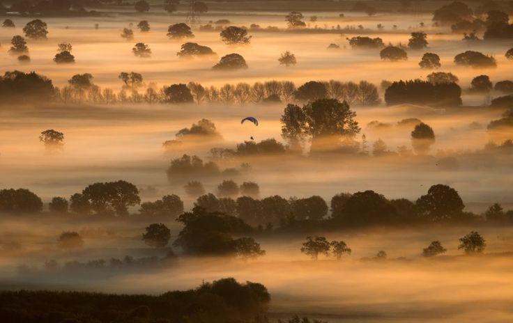Wenn man an einem frühen Herbstmorgen fast nichts von der Landschaft sieht, befindet man mit relativ großer Sicherheit in einer südenglischen Grafschaft. Diese Nebelschwaden ziehen durch die Gegend bei Glastonbury in Somerset.