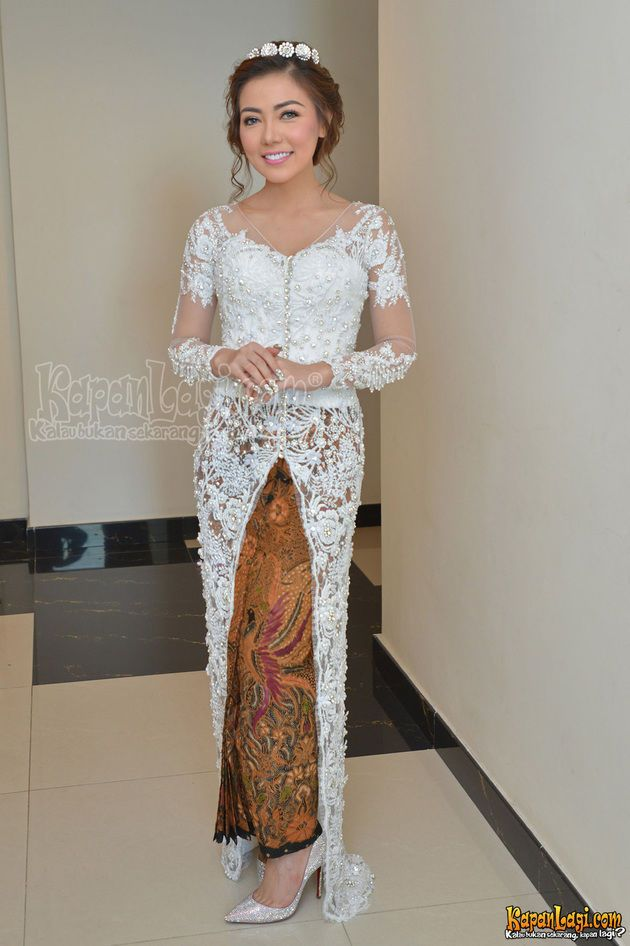 Inilah kebaya cantik serba putih yang dikenakan Bella pada momen akad nikah Minggu (10/5) lalu. Cantik banget kan?