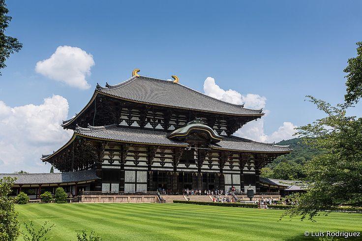 Es inevitable quedarse boquiabierto ante la magnitud del templo Todaiji de Nara que cobija la mayor estatua de Buda cubierta de todo Japón.