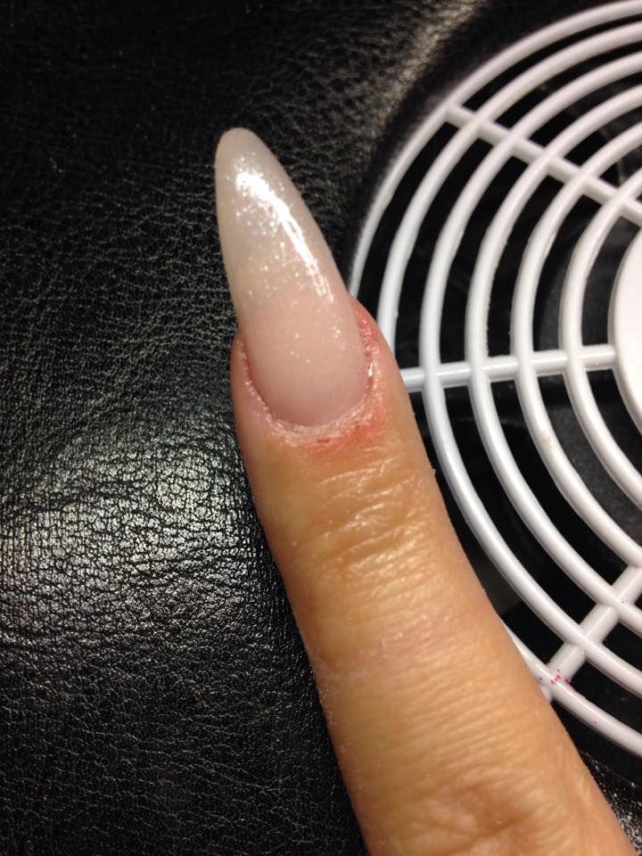 Uv Gele negle af Betina Søgaard en af vores dygtige negleteknikere uddannet hos Nail4you. Neglen er lavet på skabelon med klar gele, cover pink og Soft pink uv gele uden brug af tipper, til slut er der lagt Naillac sparkle mix